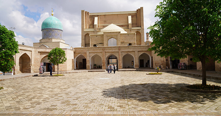 Sovyetler döneminde Orta Asya ve Kazakistan Müslümanları Dini İdaresi'nin (SADUM) yönetim merkezi olarak kullanılan Hast-i İmam Külliyesi'ndeki Barakhan medresesi şuanda Özbek el sanatlarının yapıldığı bir atölye olarak kullanılıyor.