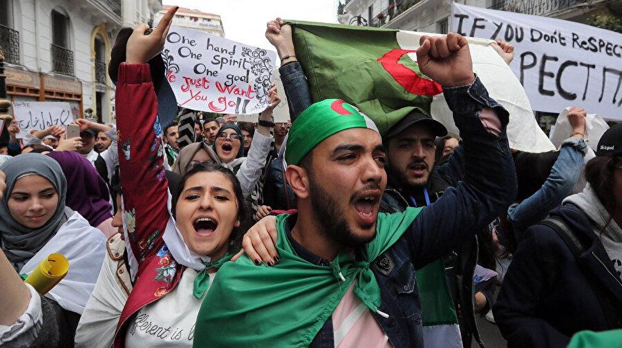 """Buteflika rejiminin kalıntıları olarak gördükleri isimlerin gitmesini isteyen Cezayirliler, üzerinde tek yumruk, tek ruh, tek gaye; biz sadece sizin gitmenizi istiyoruz"""" yazan pankartlar taşırken."""