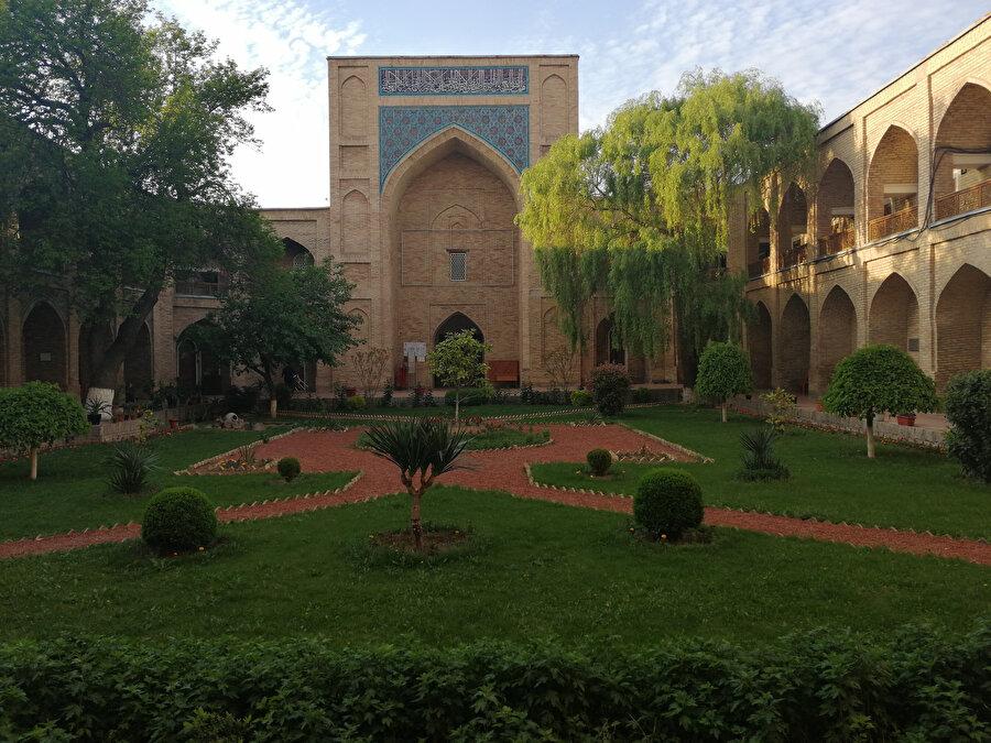Özbekistan'daki 4 Kökeldaş Medresesi'nden biri olan 1570'de inşa edilen Taşkent'deki medrese hâlâ eğitim vermeye devam ediyor.