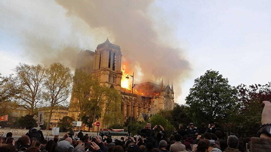 Notre Dame Katedreli'nin yandığı sırada Fransız vatandaşlar toplanarak yangının sönmesi için dua etti.