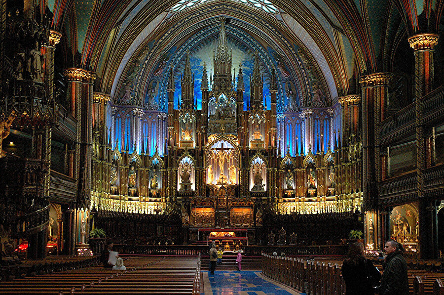Katedrali, Paris'te her yıl yaklaşık 13 milyon turistin ziyaret ettiği biliniyor.