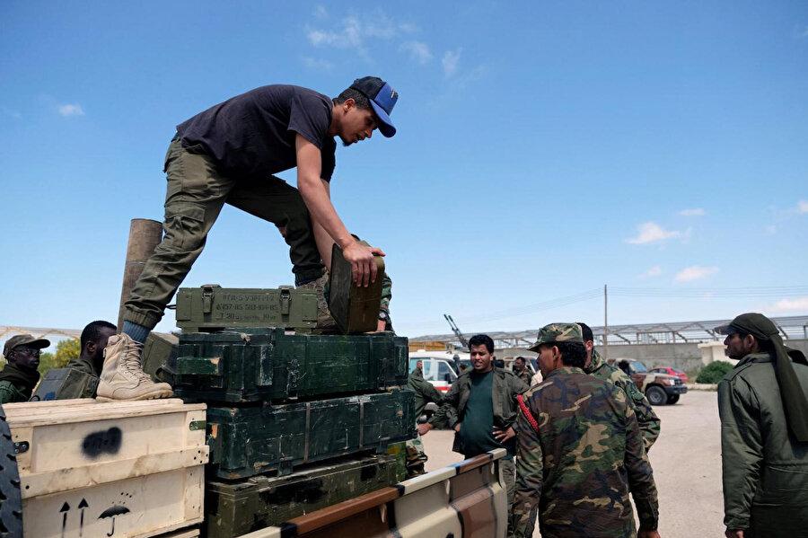 Trablus'a ilerleyen birliklere takviye göndermek için Bingazi'den yola çıkan Halife Hafter güçleri.