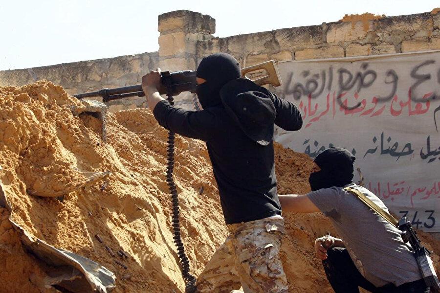 Halife Hafter güçleri ile Ulusal Mutabakat Hükumeti birlikleri arasında Trablus'un güneyindeki Vadi Rabi kırsalında süren çatışmalardan bir kare.
