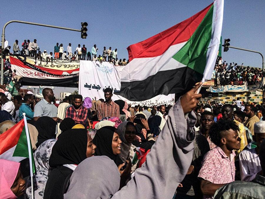 Muhalif grupların da çağrısıyla meydanlarda demokrasi taleplerini dile getiren Sudan halkı.