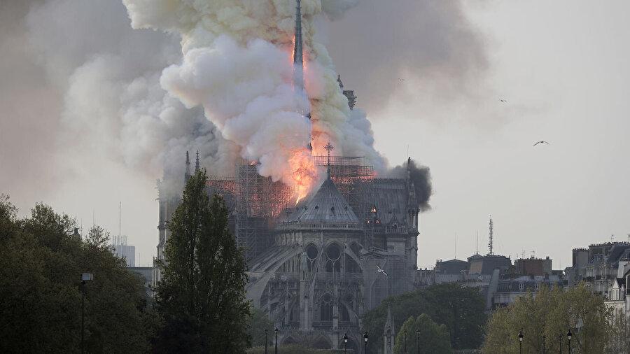 Notre Dame Katedrali'nin yanması komplo teorilerini beraberinde getirdi.