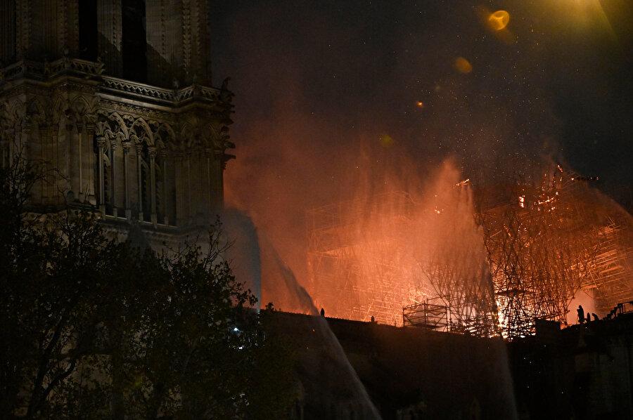 Yangın 8 buçuk saatte kontrol altına alındı.