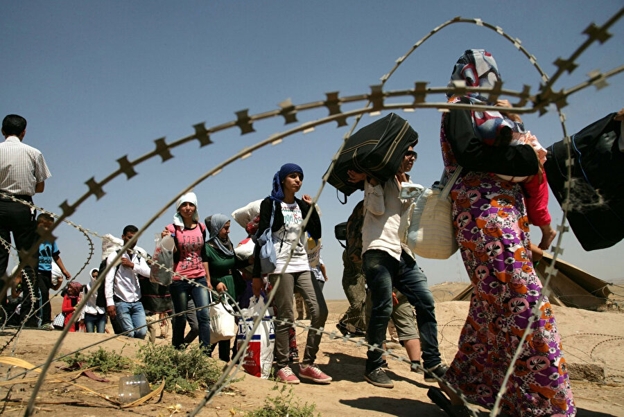 Türkiye sınırı hattındaki alanlara göç etmek zorunda kalan Suriyeliler.