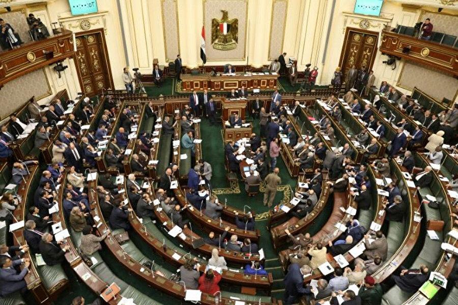 Milletvekilleri, parlamentoda Sisi'nin görev süresini genişleten anayasa değişikliğini onayladı.