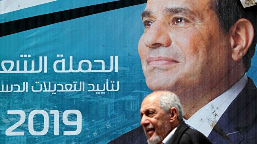 Geçen yıl oyların % 97 sini alarak yeniden seçilen Sisi bilbordlarda.