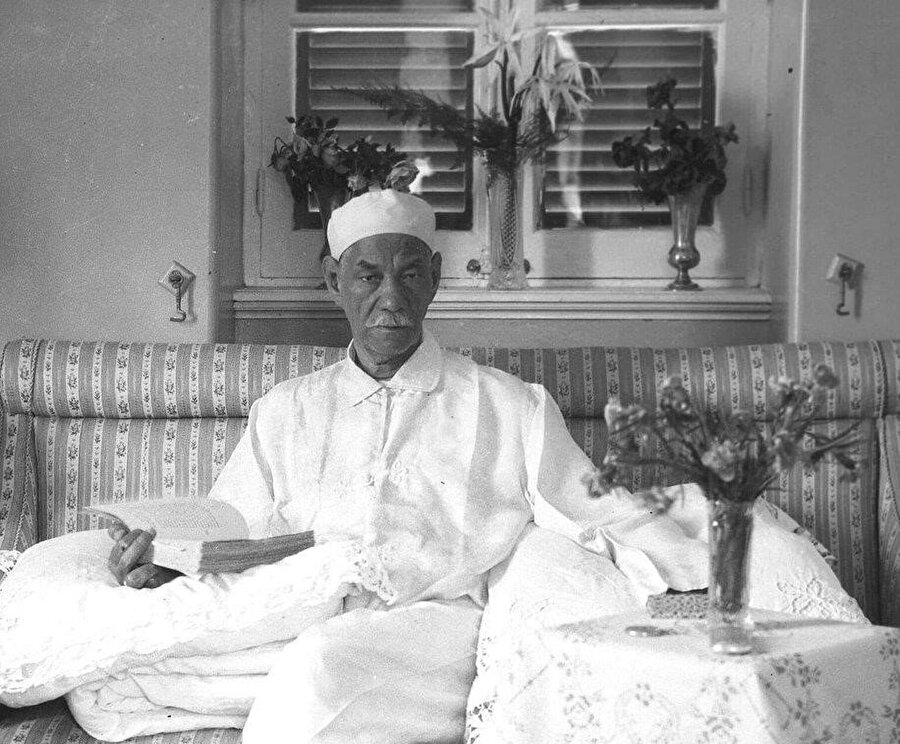 Vefd Partisi'nin kurucusu Sa'd Paşa Zağlûl (1859-1927) evinde kitap okurken.