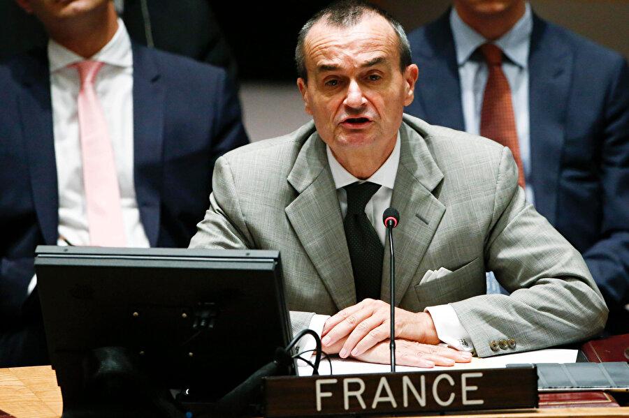 Fransız diplomat ABD'deki bir toplantı sırasında görünüyor.