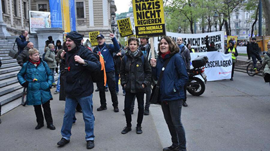 Geçtiğimiz hafta Avusturya'nın başkenti Viyana'da ırkçı, mülteci ve Müslüman karşıtı 'Kimlikçiler Hareketi'nin yasaklanması için gösteri düzenlemişti. Viyana Üniversitesi önünde toplanan göstericiler, aşırı sağcı 'Avusturya Özgürlük Partisi'ni (FPÖ) parçala' ve 'Yönetimde Nazilere hayır' yazılı pankartlar açmıştı.