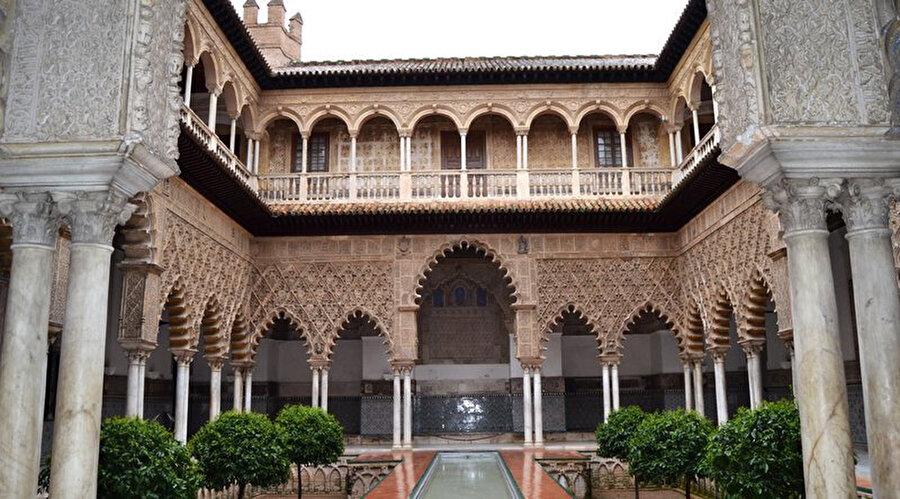 İspanya'da & İber Yarımadası'nda halen ayakta kalan, Müdeccen mimari stile sahip Alcazar sarayı.