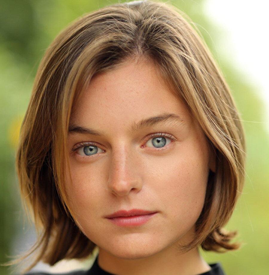 Diana'yı canlandırması beklenen Emma Corrin.