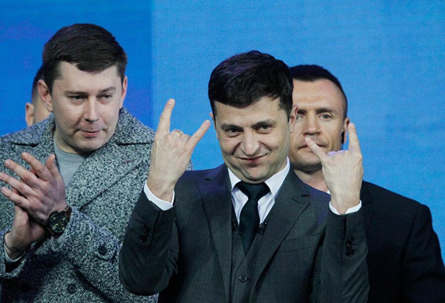 komedyen Vladimir Zelenskiy seçimin favorisi olarak gösteriliyor.