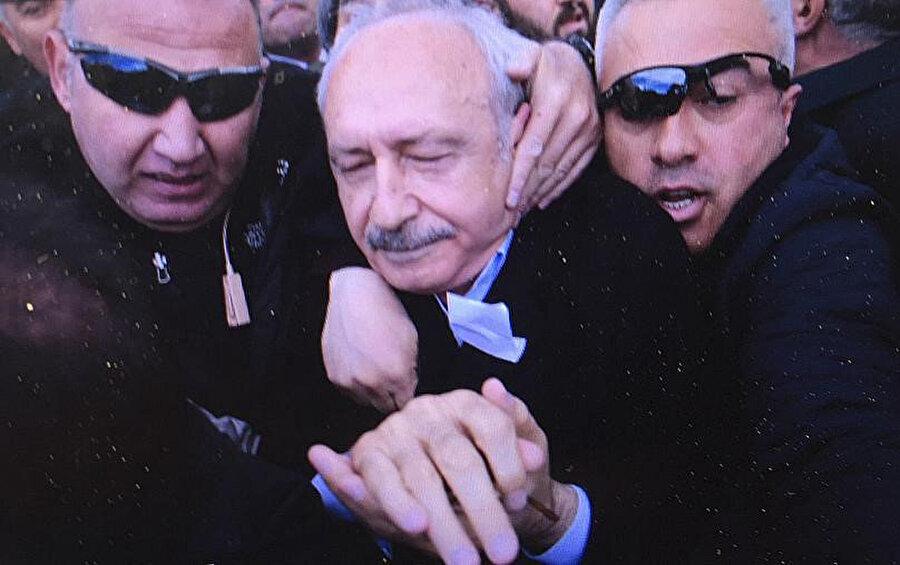 Saldırı sonrası bir eve götürülen Kılıçdaroğlu, bir süre sonra zırhhlı araçla tutulduğu evden çıkarıldı.