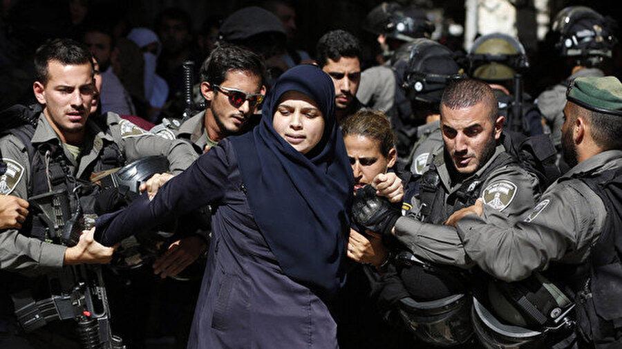 İsrail askerleri kadın ve çocuk ayrımı yapmadan Filistinlileri hukuksuz bir şekilde gözaltına alıyor.