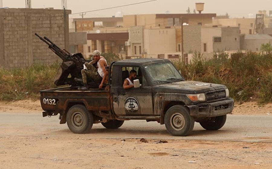 Ulusal Mutabakat Hükumetine bağlı güçler, Trablus'un Ayn Zara bölgesinde Hafter'ın doğu güçleri ile çatışma esnasında pozisyon alırken.