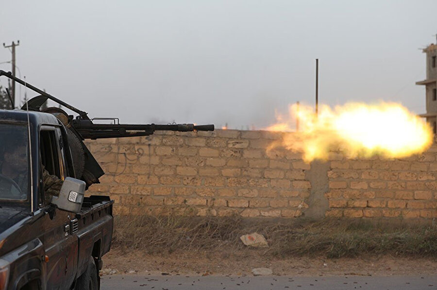 Ulusal Mutabakat Hükümeti'ne bağlı güçler, Ayn Zara bölgesinde Hafter güçlerine ateş ederken.