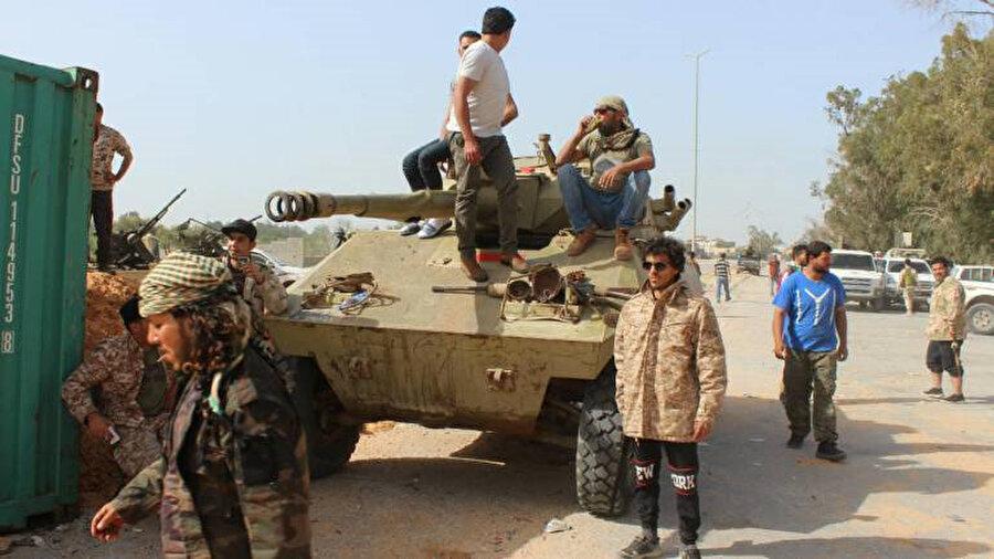 Zırhlı personel taşıyıcının etrafında toplanan UMH'ye bağlı güçler.