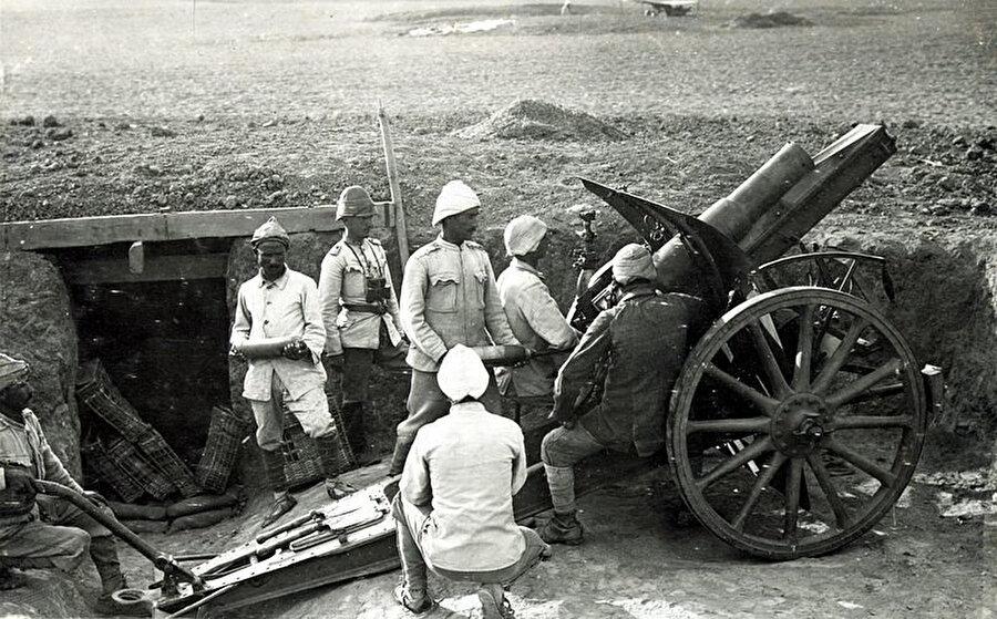 Osmanlı Devleti'nin Sina ve Filistin harekatlarında önemli görev üstlenen Osmanlı topçuları.
