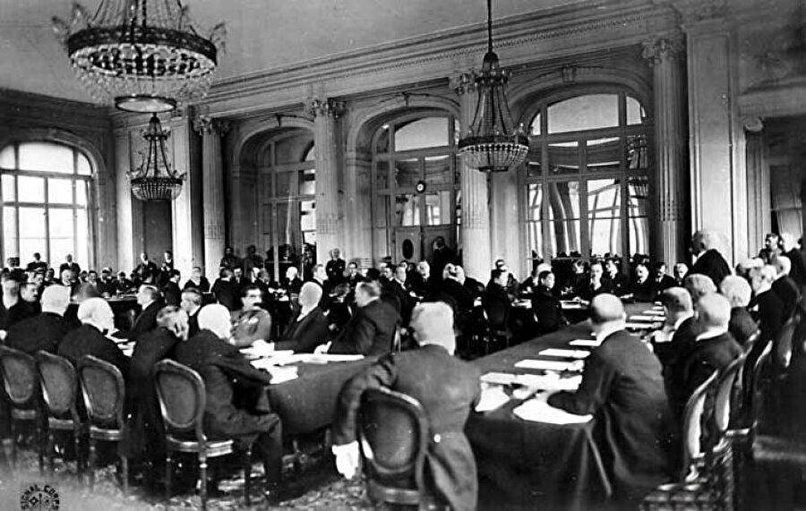 Paris Barış Konferansı'nda itilaf devletleri, Osmanlı İmparatorluğu'nun parçalanmasını kararlaştırdılar, 1919.