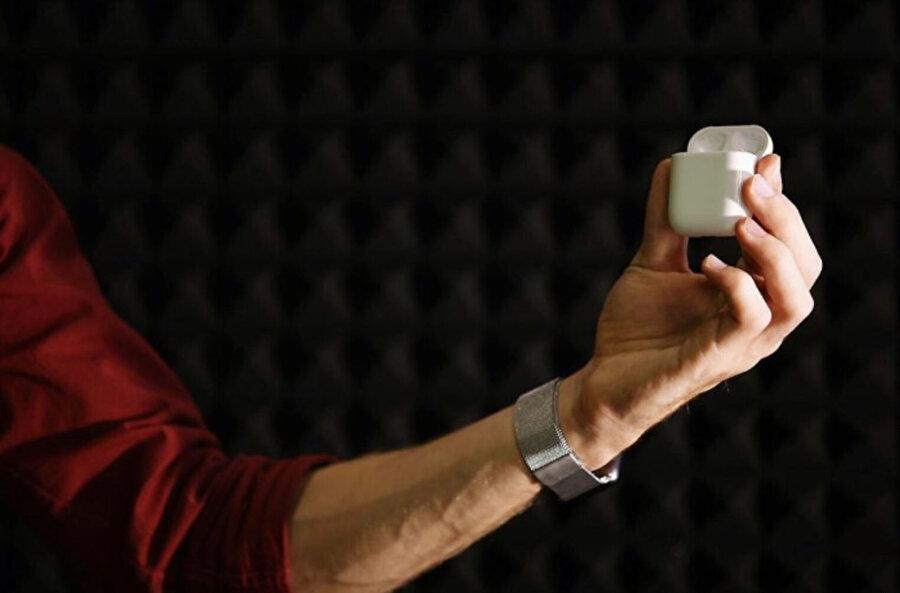 İkinci nesil AirPods'ta ilkinden farklı olarak kutu üzerinde bir şarj gösterge LED'i yer alıyor. Fotoğraf: Yunus Emre Şahin.