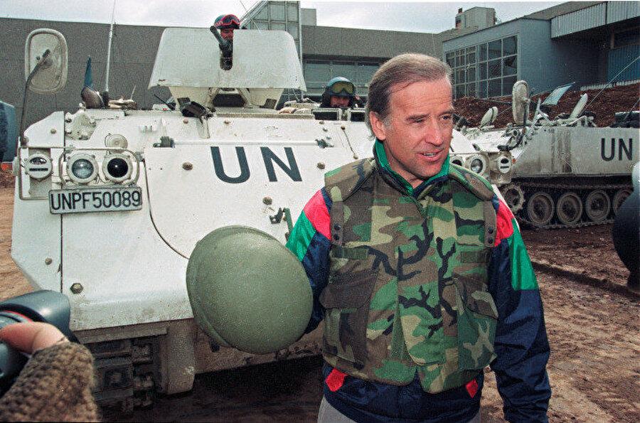 Joe Biden, Saraybosna'daki havaalanında Danimarka ordusuna ait bir zırhlının önünde gazetecilerle konuşurken görünüyor.