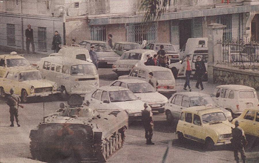 İslami Selamet Cephesi'ne karşı yapılan darbeden sonra Cezayir sokaklarına konuşlanmış askerler.