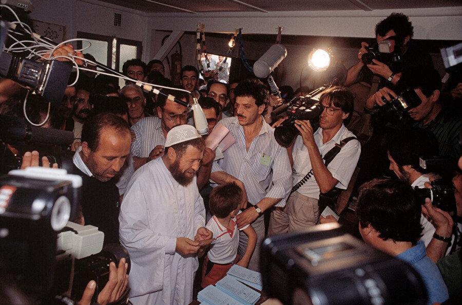 Abbasi Medeni basına açıklamalarda bulunuyor.