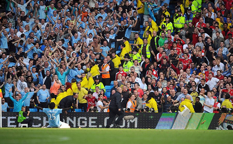 Emmanuel Adebayor, Arsenal'a attığı golün ardından Londra ekibinin taraftarlarının önünde tarihi bir sevince imza atıyor.