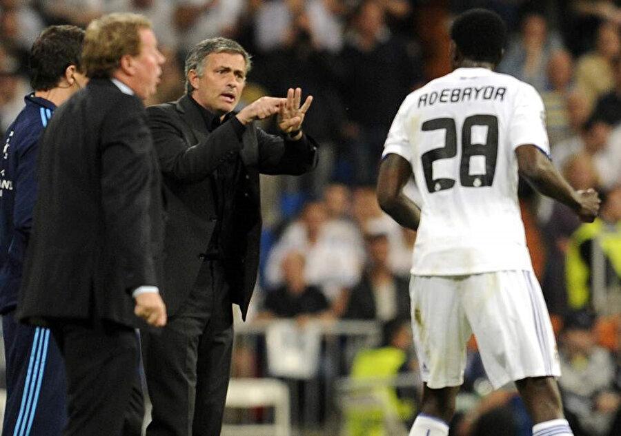 Jose Mourinho, Emmanuel Adebayor'a taktik veriyor.