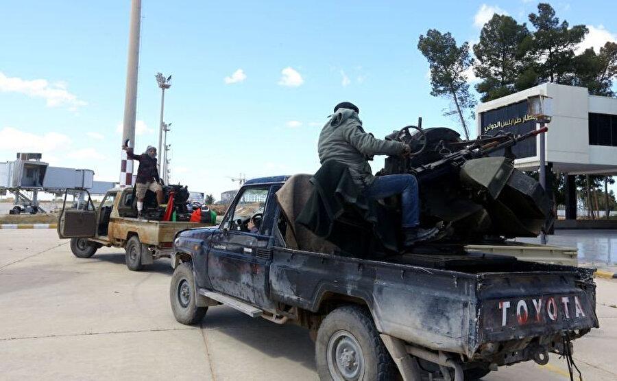UMH'ye bağlı birlikler, Trablus eski havaalanına doğru ilerliyor.