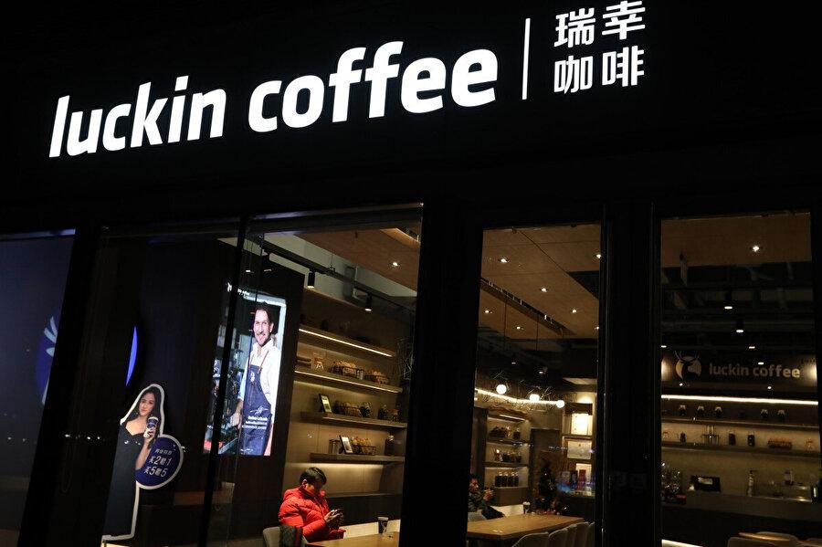 Luckin, Çin'de çok geniş bir alanda birçok farklı bölgede hizmet veriyor. Ancak kapsam alanını daha da genişleterek Starbucks'a rakip olmak istiyor. Bunun için de her 3.5 saatte yeni bir şube açmayı hedefliyor.