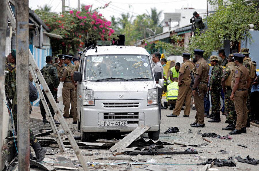 Sri Lanka'da, polisin bir eve düzenlediği baskın sırasında çıkan çatışmada 6'sı çocuk 15 kişi daha öldü.
