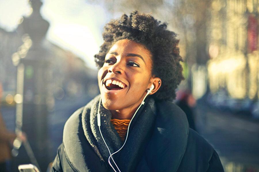Uluslararası Tıp Müzik Kurumu'nun araştırmalarına göre müzik dinlemek insanın beden ve ruh sağlığını olumlu yönde etkiliyor. Günde 20 dakika müzik dinlemek; bağışıklık sistemini güçlendirerek hastalıklara karşı vücudun direncini artırdığı gibi, seratonin ve dopamin hormonlarının salgılanmasına da katkı sağlıyor.