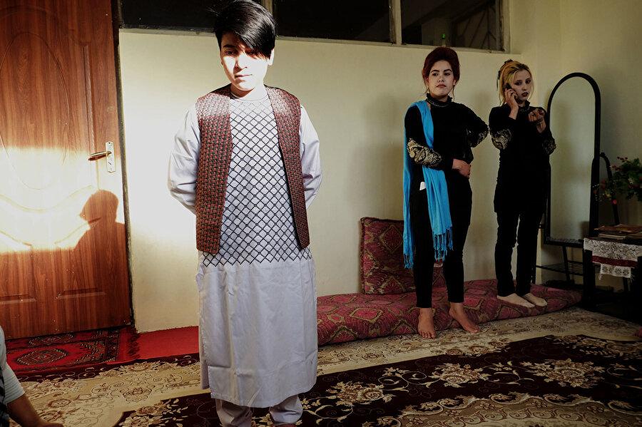 Başa Poş olarak yetiştirilen 14 yaşındaki Ali. Arkada duran kız kardeşleri ile birlikte yaşadıkları odaları.