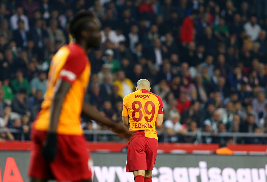 Galatasaray'da Feghouli, Atiker Konyaspor maçında kaçırdığı golün ardından üzülüyor.