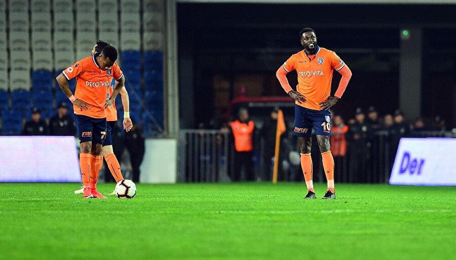 Medipol Başakşehir forması giyen futbolcular, beklenmedik Göztepe mağlubiyeti sonrasında adeta yıkılıyor.