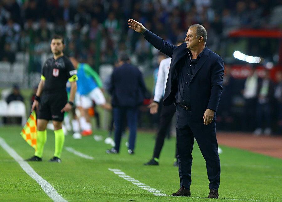 Fatih Terim, Atiker Konyaspor maçında öğrencilerine talimat veriyor.