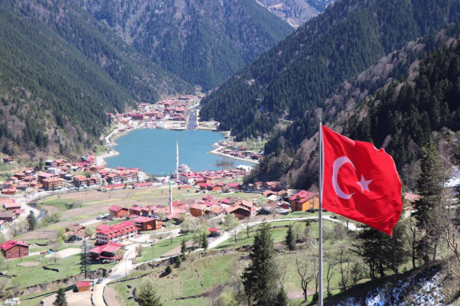 Trabzon'un Çaykara ilçesindeki Uzungöl doğal güzellikleriyle göz kamaştırıyor.