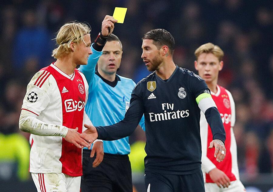 Kasper Dolberg, rakibi Sergio Ramos ile girdiği ikili mücadele sonrası sarı kart gördü.