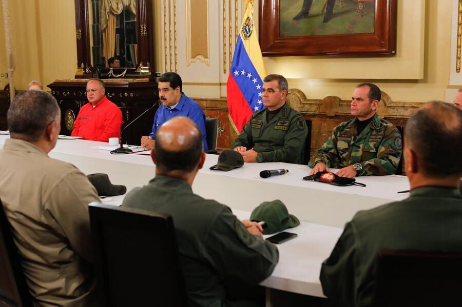 Venezuela Devlet Başkanı Maduro, başkent Caracas'taki devlet başkanlığı sarayı Miraflores'te Savunma Bakanı Vladimir Padrino ve Kurucu Meclis Başkanı Diosdado Cabello ile bir araya geldi.