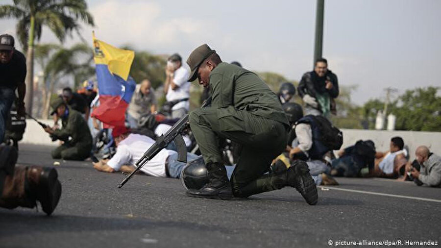 Guaido yanlıları La Carlota askeri üssü yakınında toplandı.