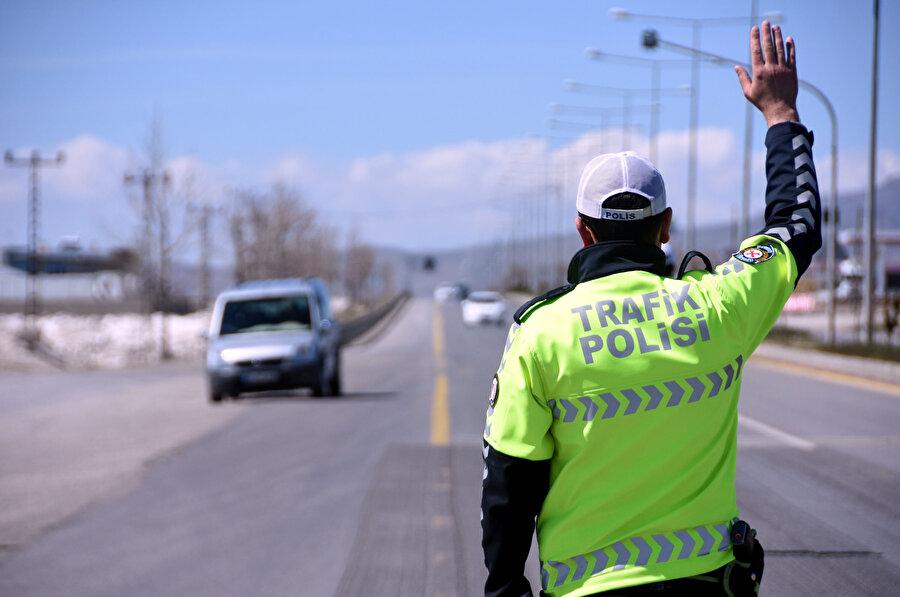 Yol kontrolü yapan bir polis memuru böyle görüntülendi.