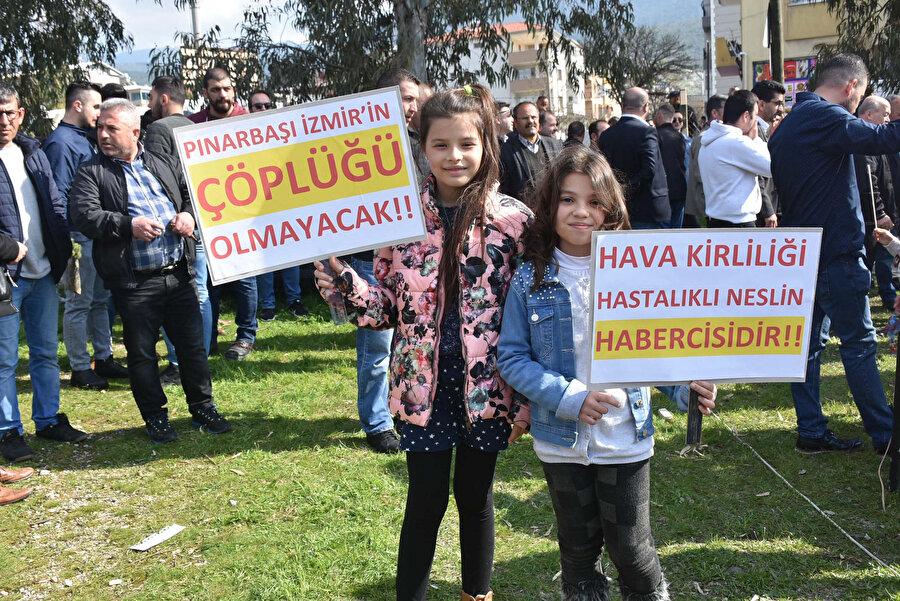 Hava kirliliğini protesto eden iki küçük kız objektiflere gülümsüyor.