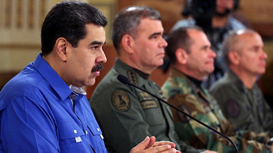 Venezuela Devlet Başkanı Nicolas Maduro (sol 2),dün başkent Caracas'taki devlet başkanlığı sarayı Miraflores'te Savunma Bakanı Vladimir Padrino (sağ 2) ve Kurucu Meclis Başkanı Diosdado Cabello (solda) ile bir araya gelerek, 'Ulusa Sesleniş' konuşması yaptı.
