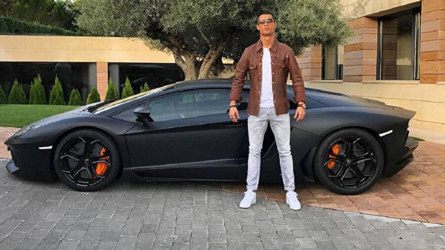 Ronaldo lüks araçlara merakıyla biliniyor.