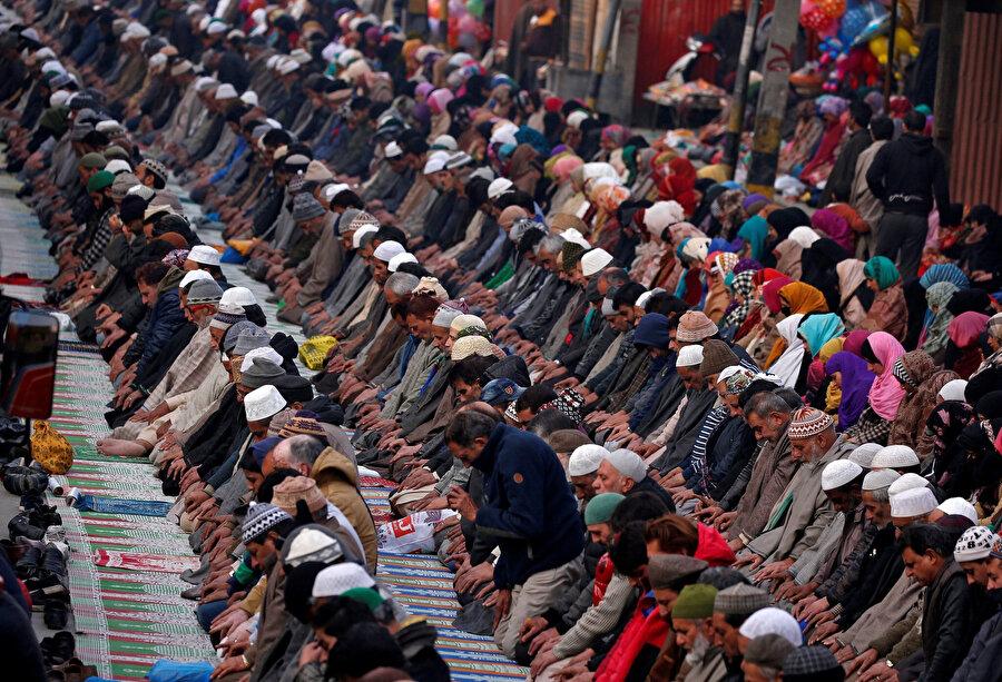 Bir Tasavvuf şeyhinin türbesinde dua eden Müslümanlar. Srinagar, Keşmir.