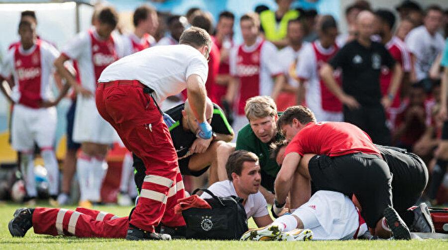 Genç futbolcu Abdelhak Nouri'ye sağlık görevlileri anında müdahale etmişti.